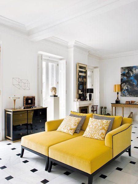 La sobriedad del blanco y el negro agradece la nota de color en estos divanes tapizados en terciopelo negro. http://www.tintura.es/quienes-somos/