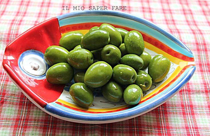Come conservare le olive verdi in salamoia : bisogna deamarizzare le olive con l'aiuto della soda e poi conservarle in concia. Sarà il sale a preservarle.