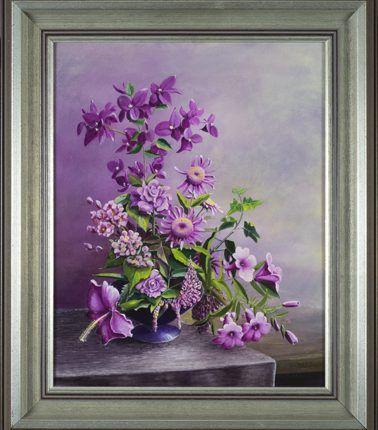 Roze bloemenpracht op een schaal, 1998  Olieverf op linnen, afmeting 40 x 50 cm  Een arrangement met roze bloeiende bloemen, zoals bougainvillea, hibiscus, roos, hedera en margriet op een schaal, staande op een tafelkleed. De compositie is opgezet tijdens een vakantie op Madeira en in Nederland uitgewerkt. Het is een bloemenarrangement met harmoniserende kleuren die mooi in elkaar overlopen. De lila-teint is in de achtergrond meegenomen, hetgeen het schilderij een afgerond geheel geeft.