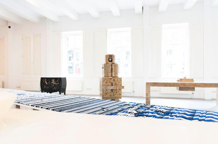 #Droog - это широко известный голландский бренд или дизайнерская компания, которая сотрудничает с молодыми дизайнерами и находится на прекрасной улице Staalstraat. Эта улица известна тем, что большая копия картины Рембрандта «Синдики», сделанная из ткани, выставлена в местном кафе. #Amsterdam