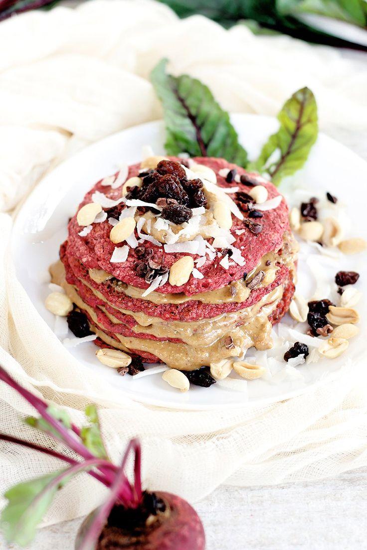 Panqueca vegana (sem açúcar) + corante natural   Receita   herbi-voraz.com #panqueca #panquecavegana #veganpancake #pancakes #sobremesafit #fitfood #funcional