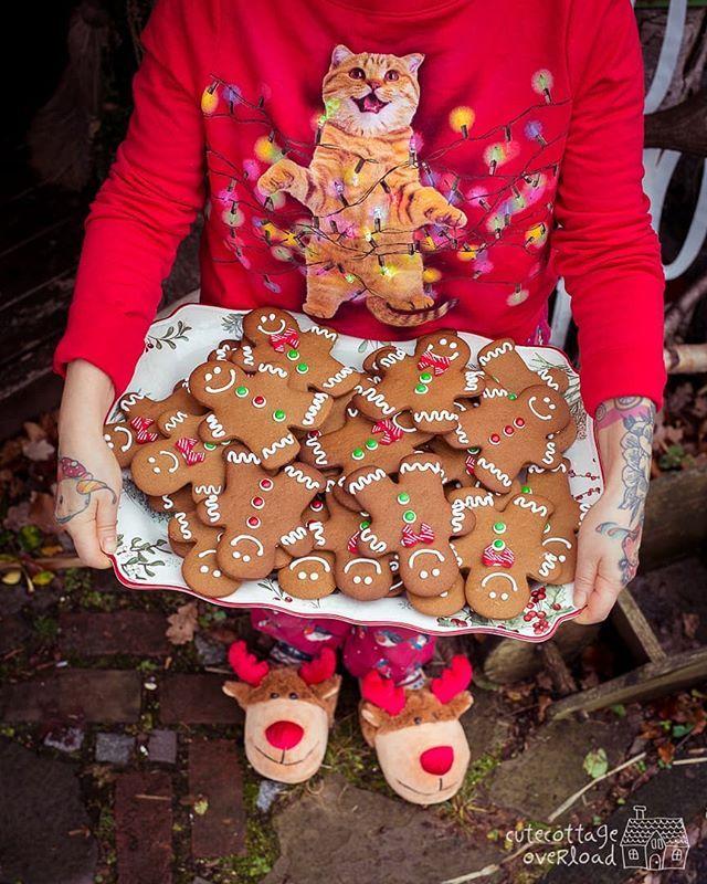 Dann würde ich mich mal auf den Weg ins Stubenküken nach Leverkusen machen da findet heute die Ugly Sweater Party im Laden statt. Wenn Du also glaubst meinen Pulli schlagen zu können dann komm vorbei und Du bekommst einen lustigen Lebkuchenmann zum Reinbeißen überreicht!  #gingerbreadcookies #christmasbaking #christmascookies #decoratedcookies #royalicing #merrychristmas #gingerbread #holidayparty #holidaycookiecountdown #icedcookies #backencraftundrotekatze #stubenküken #leverkusen