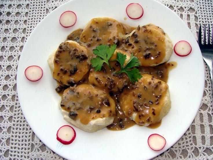 Kluski śląskie z sosem z suszonych grzybów leśnych.