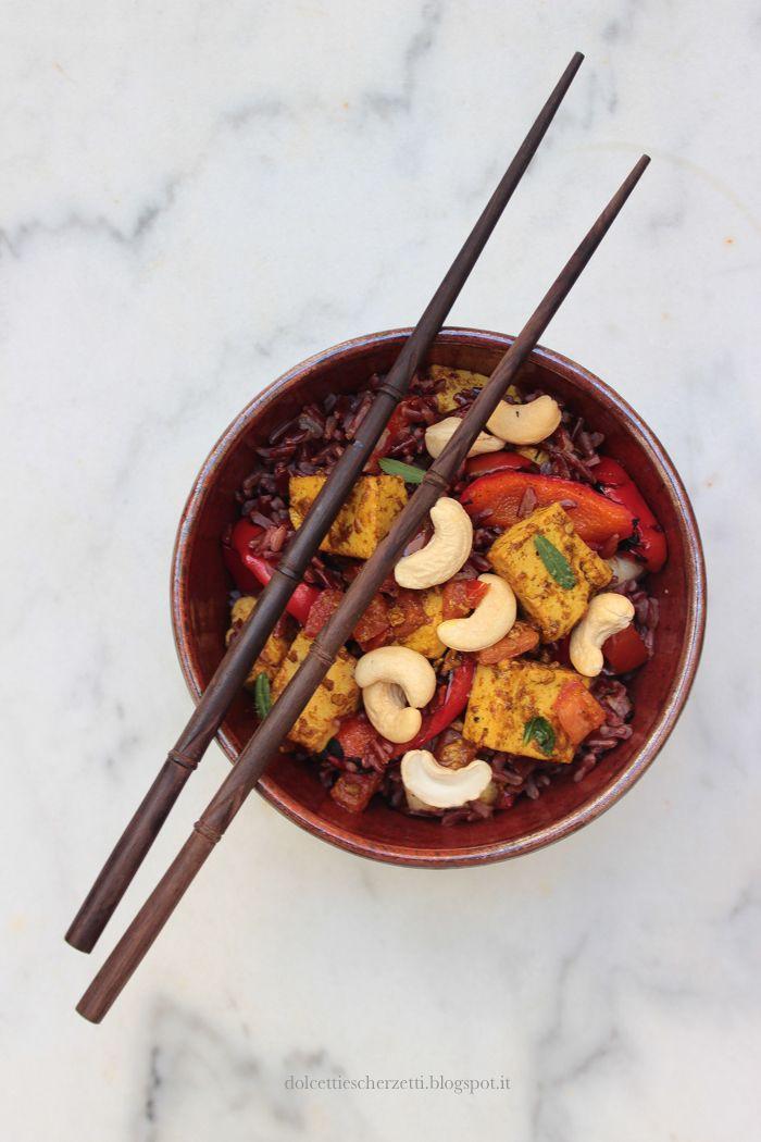 Riso rosso thai con verdure e tofu al curry