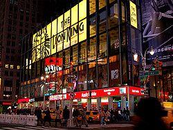 Broadway es una de las avenidas más famosas de Nueva York. Hay tres tipos de espectáculos: On-Broadway, Off-Broadway y Off-Off-Broadway. Se puede entender por el nombre tanto la categoría como la situación del espectáculo. Los primeros suelen ser referentes mundiales y estar situados en la propia Avenida Broadway o en las inmediaciones, mientras que los otros son producciones de menor caché.