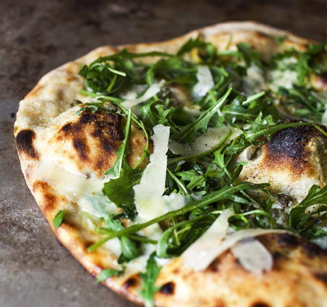 Vit och grön pizza med Pesto, Kapris och Parmesan | Tidningen BAKA