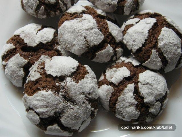 Još jedan recept za ljubitelje keksića i čokolade! Znam da su Vam ovi keksići poznati od prije (na kraju recepta sam stavila linkove na slične keksiće); moji su malo drukčijeg sastava i iskreno se nadam da će Vam se svidjeti! Sve u svemu, ovo je moj prvi recept na Coolinarici… :)