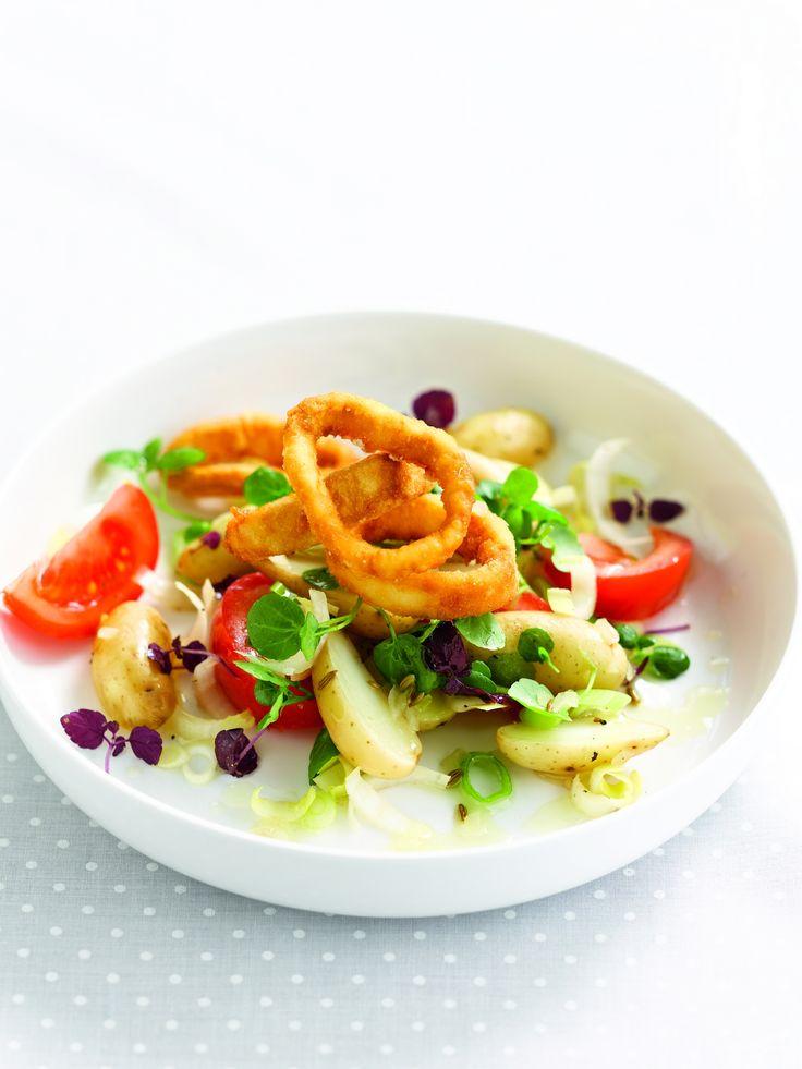 Een overheerlijke aardappelsalade met tomaten en knapperige inktvis, die maak je met dit recept. Smakelijk!