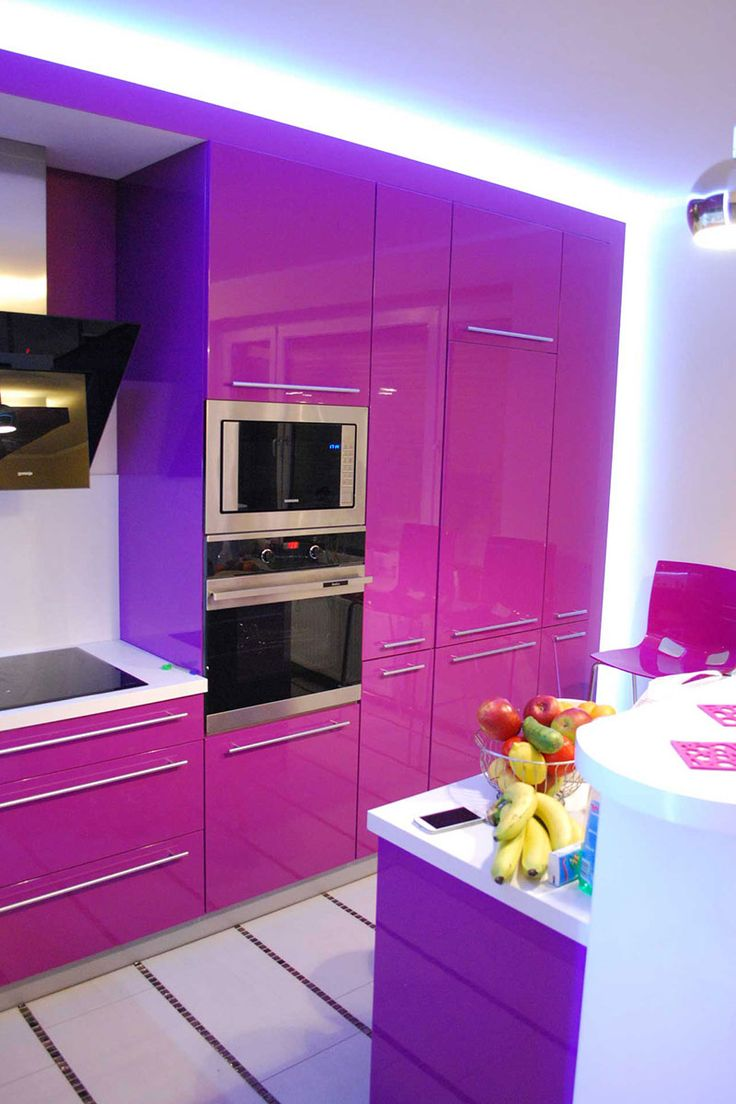 Meble kuchenne na wymiar w intensywnie różowym odcieniu oraz blaskiem odbijającym światło od lakierowanych frontów szafek kuchennych.