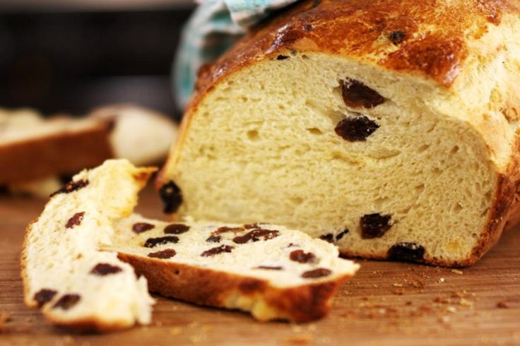 Alleen al voor de heerlijke geur die in huis hangt zou je het doen: zelf brood bakken. Met een deeg die het midden houdt tussen briochedeeg en sandwichdeeg, bak je een rozijnenbrood.