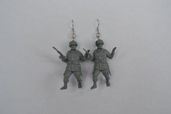 Speelgoed soldaten oorbellen, Echte stoere krijgers met een snufje nostalgie voor in je oren! By EnfantTerribleNL www.facebook.com/enfantterribleNL