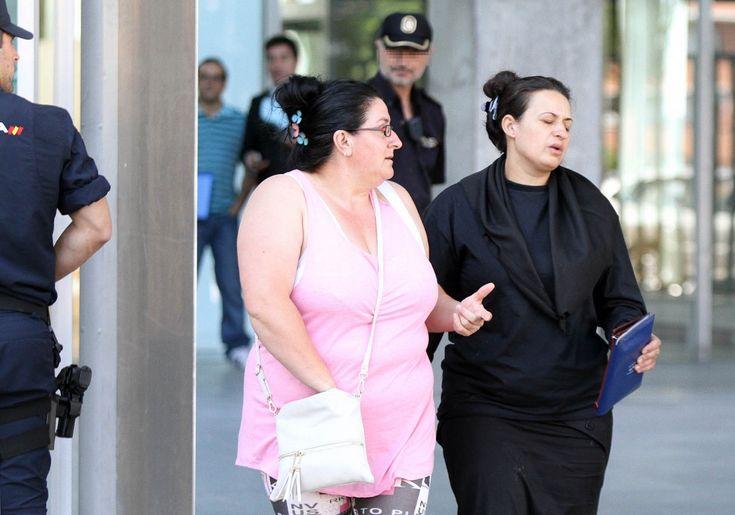 """La viuda de Diego Flores -a la derecha- ratificó en sede judicial lo que ha contado ella y el portavoz de su familia a la prensa durante esos días de que los hermanos flores """"ejecutaron"""" a su marido"""