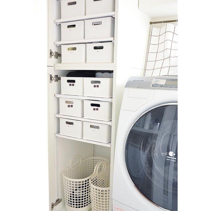 * * 2016/02/21 sun. ☔︎ ・ 久々の収納picでこんにちは! 最近、我が家は足拭きマットをなくしてみました\(^o^)/ ・ お風呂に入る際に、各自 フェイスタオルを1枚持ち込み 上がる際に、身体を拭いて その拭いたタオルを足拭きマット代わりに。 ・ タオルハンガーで一晩乾かした後、洗濯機へ入れています。 ・ 足拭きマット、かさばるし なくしてみても案外困らなかったので しばらく続ける予定! ・ ・ こちらの棚の反対側に身体を拭くタオル類(我が家は、昔からバスタオルは使ってません)。 こちらの棚には、下着類 その他もろもろ。 1番下には、脱いだものたちを仕分けしてINしてます。 ・ 収納の見直しをして、断捨離したら かなりスッキリ! スッカスカになりました(笑) #1番上の2つは空っぽ * * #整理整頓 #片付け #収納#シンプルな暮らし #シンプルライフ #暮らし #日常 #マンション #我が家 #mamu方式#洗面所 #収納 * * *