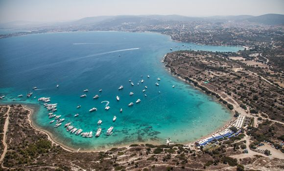 """Acaba hafta sonu ne yapsak?"""" sorusuna cevap bitmez İzmir'de. Sergiler, konserler, tiyatrolar ve festivaller derken şehrin ritmi hiç düşmez! Öte yandan, Türkiye'nin gözde tatil beldelerine yakınlığı da düşünüldüğünde, İzmir'de yaşamak her an tatil yapacak gibi yaşamak anlamı da taşır. Efes'te tarihi dokular arasında gezinmek, köy kültürünü kaybetmeden modern yaşama uyum sağlamış Şirince'nin sokaklarında kurulan tezgahlarda el emeği göz nuruyla hazırladıkları ürünleri satan kadınlarla sohbet…"""