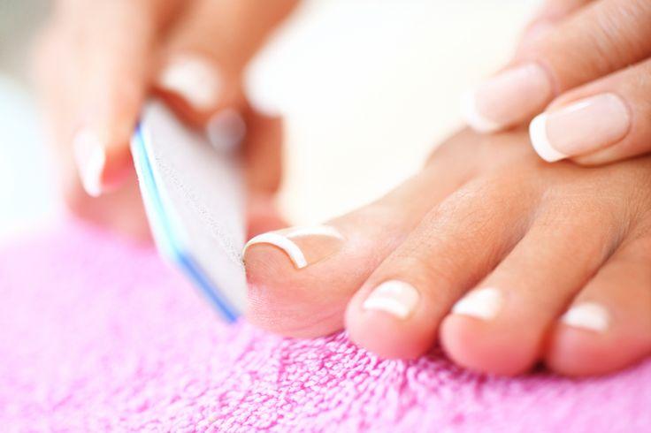 Dezent, aber oho! Dass weniger manchmal mehr ist, beweisen Nägel im French-Look. Nicht nur die Hände sehen durch das natürlich-elegante Design schön gepflegt aus, auch unsere Füße freuen sich über die weißen Spitzen. Wie French Fußnägel am besten gelingen? Wir zeigen es Ihnen. Schritt für Schritt.
