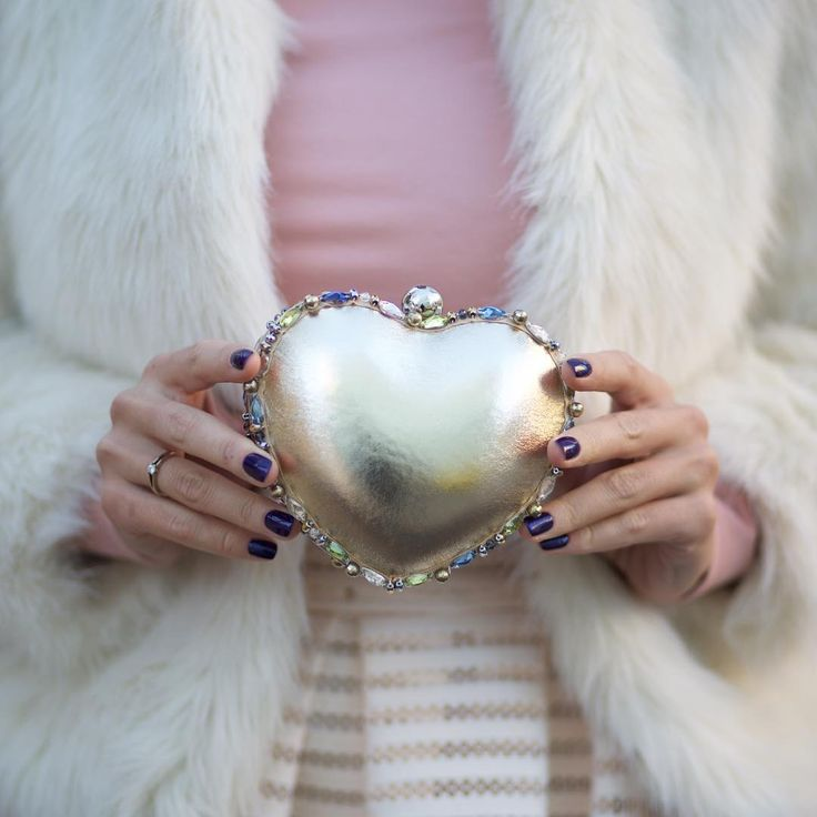 #glamour #fashionmood #tskirt #девочкитакиедевочки #barbie #fashiondetails #accessories #fashiongirl #fashionpassion #клатчсердце #клатч #goldbag