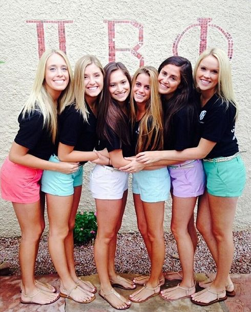 LUV this chapter wear look ~ dark shirts & colorful shorts❥