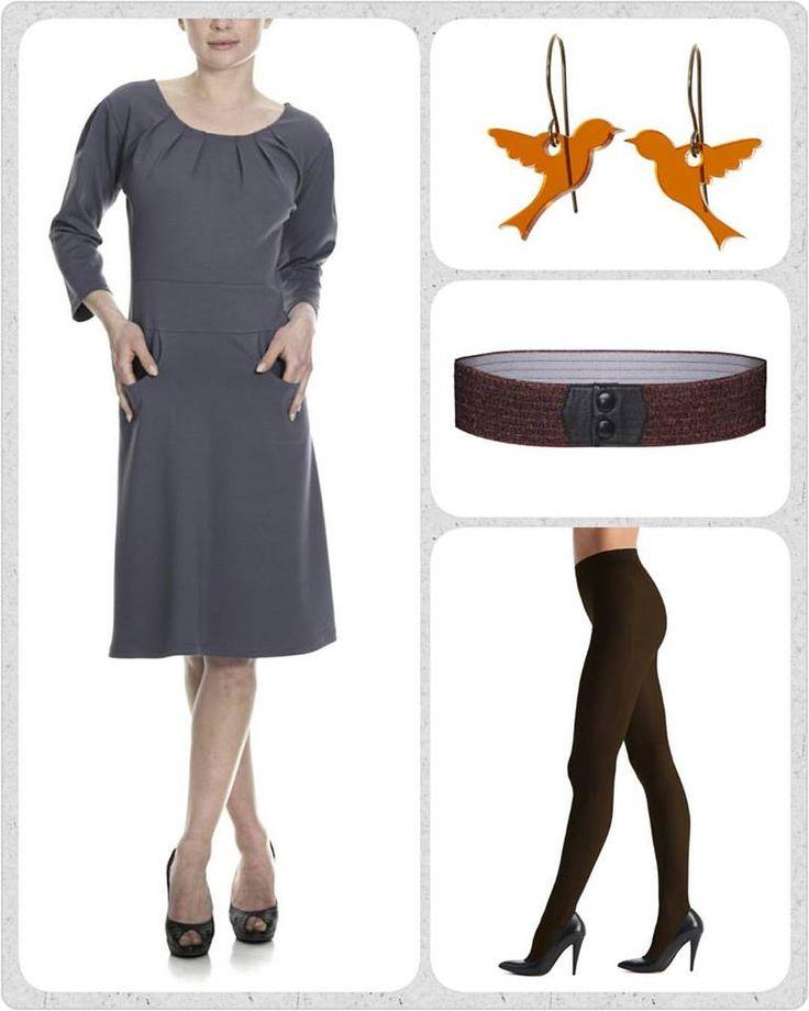 """Dagens smukke favorit er en kjole jeg VED mange af jer også er vilde med, nemlig den støvede lilla frk Myrna kjole. Den er perfekt """"work wear"""" og nem at dresse op til fest. . I dag vil jeg holde tilbehøret i brune og orange nuancer, for det passer SÅ fint med lilla. Brune strømpebukser, kobber farvet Waist elastikbælte og i ørerne et par fine orange fugle øreringe."""