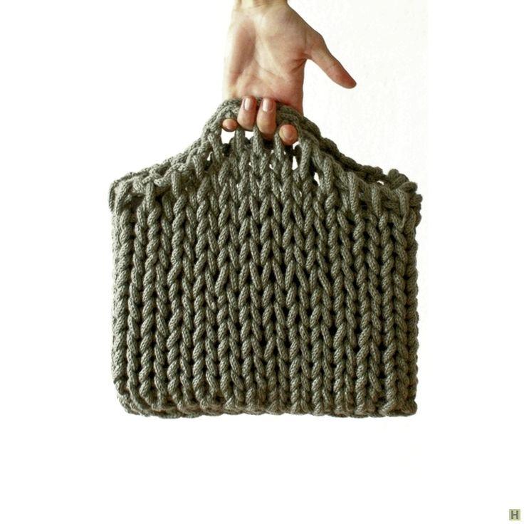 Вязаная сумка-чехол для нетбука купить недорого в интернет магазине товаров ручной работы HandClub.ru Стильная осенняя сумка для различных не мелких вещиц, типа книг или журналов. Также может прекрасно защитить от внешних воздействий ваш нетбук или iPad. Использовать могут как мужчины, так и женщины. Возможен повтор.