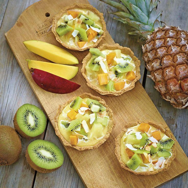 Exotiska frukter skurna i bitar blir gott ovanpå den goda citronkrämen.