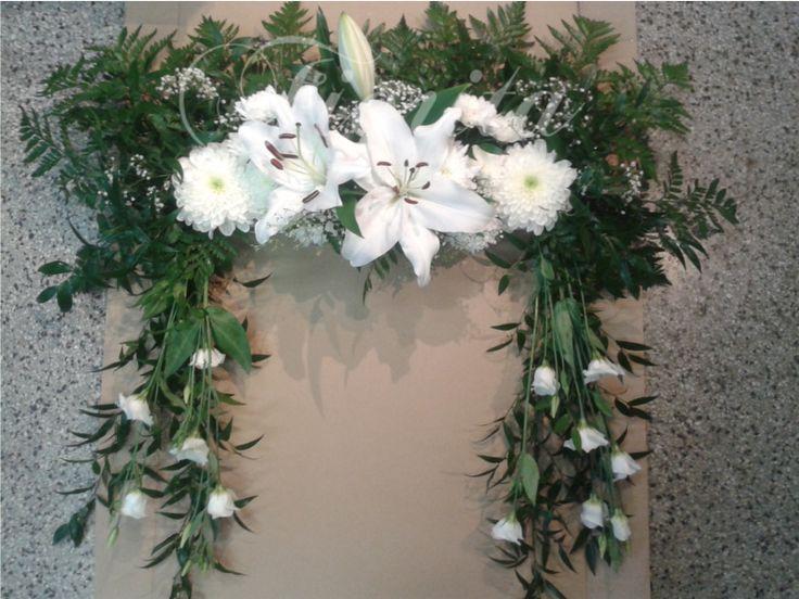 Rámeček. Lilie, chryzantémy, eustomy, gypsofila