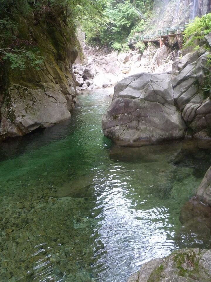 Looking for some more outdoor activities to do in a day trip from Nagoya, I stumbled across a blog mentioning the Kakizore Gorge in Nagano. It looked amazing. The water was so inviting...
