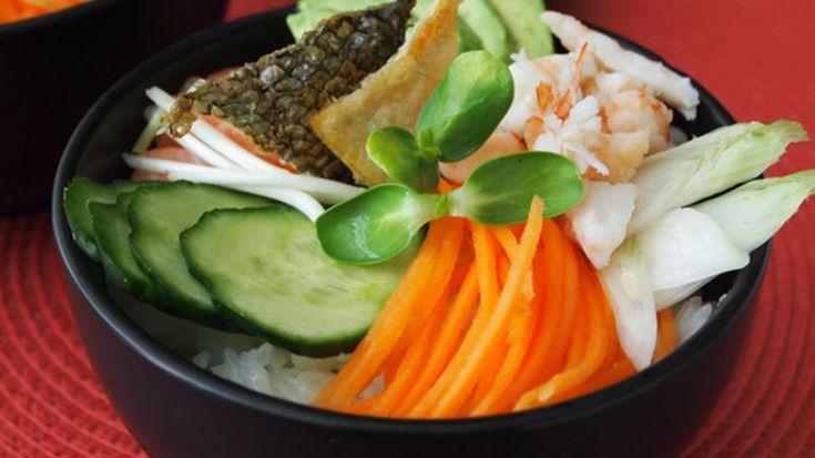 Tengo que reconocer que hacer una receta de sushi sin tener que enrollar ni lidiar con el nori ni la esterilla es una solución maravillosa para quienes nos encanta el sushi pero no queremos pasar horas tratando de que los rollos nos queden visualmente lindos.   En este platillo lo más complicado es la preparación del arroz, pero si sigues las indicaciones al pie de la letra, te va a salir espectacular. Lo más importante es comprar arroz glutinoso para sushi, pues con otros tipos es imposible…