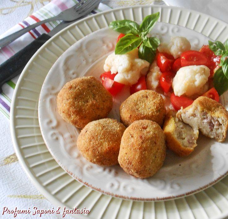 Le polpette di cavolfiore salame e patate sono una preparazione gustosa e molto semplice. La cottura in forno le rende anche più leggere.