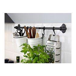Maakt ruimte vrij op het werkblad terwijl je kookgerei toch binnen handbereik hebt. Door de FINTORP haken te gebruiken kan hij aan de FINTORP stang worden gehangen of vrijstaand op tafel of in de vensterbank worden gezet.
