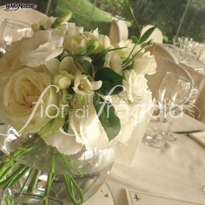 http://www.lemienozze.it/operatori-matrimonio/fiori_e_addobbi/fior_di_fragola/media/foto/11 Centrotavola di rose e peonie bianche e avorio.