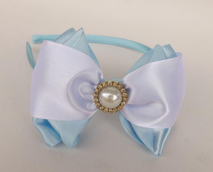 Tiara Alice, revestida de cetim e com Laço cetim azul claro e branco, super delicada.