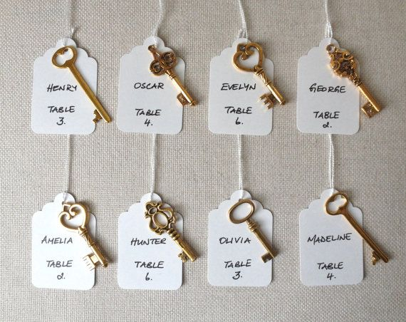 ~ Sleutels van huwelijk ~  150 grote antieke gouden sleutels / 150 wit Strung bagagelabels  Deze vintage stijl sleutels zijn perfect voor bruiloft escort kaarten, uitnodigingen & decor... ook als Hangers, oorbellen en charmes werken.  Maten: 41mm - 53mm Maten: 1.6- 2  Wit gespannen Bagage tags zijn een perfecte aanvulling op de sleutels maken escort kaarten, de sleutel tot een gelukkig huwelijk, gunsten van het huwelijk.  Grootte: 54 mm x 35mm / 2.1 x 1.37  Ik heb ook deze set in antieke…