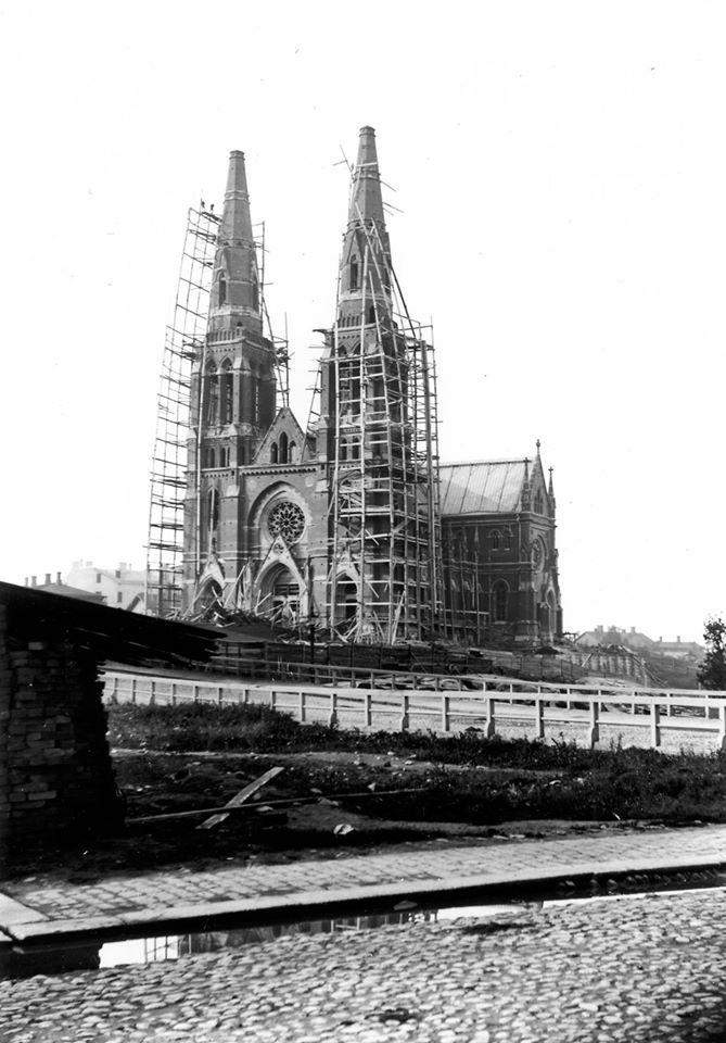 Punanotkon kukkulalle silloisen kaupungin laitamille valmistui Johanneksenkirkko vuonna 1891. Kirkon oli suunnitellut tukholmalainen Adolf Emil Melander. Johanneksenkirkosta käytettiin aluksi nimeä Uusi kirkko.