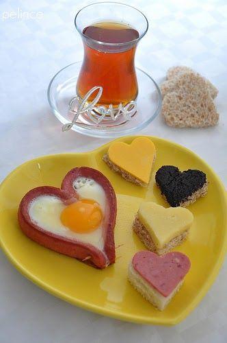 Sevgiliye kahvaltı diye başlık attım ama asıl tarif,sosis eşliğinde yumurta sanırım :) bu şirin sosisleri bir çok blogda görmüştüm ama tar...