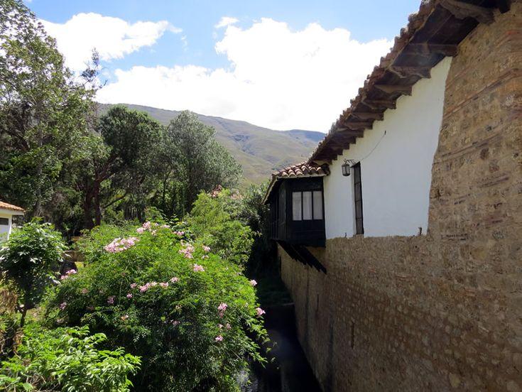 16. Hay lugares del pueblo donde se confunden la vegetación, los árboles y las casas: