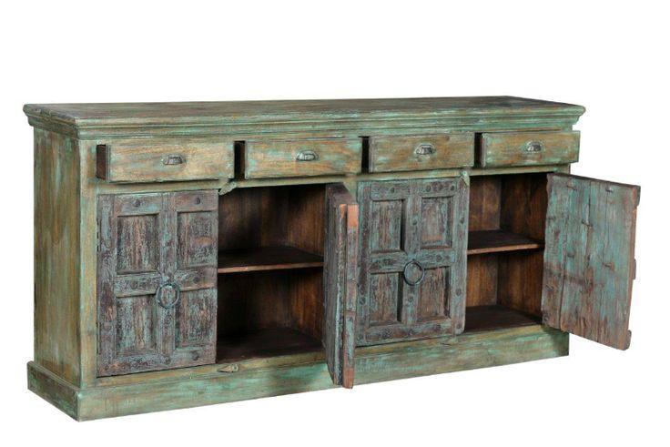 Brocante dressoir die vier lade's en vier sierlijke deuren heeft. Het robuuste meubel is gemaakt van gerecycled teakhout en creëert een shabby chic sfeer.