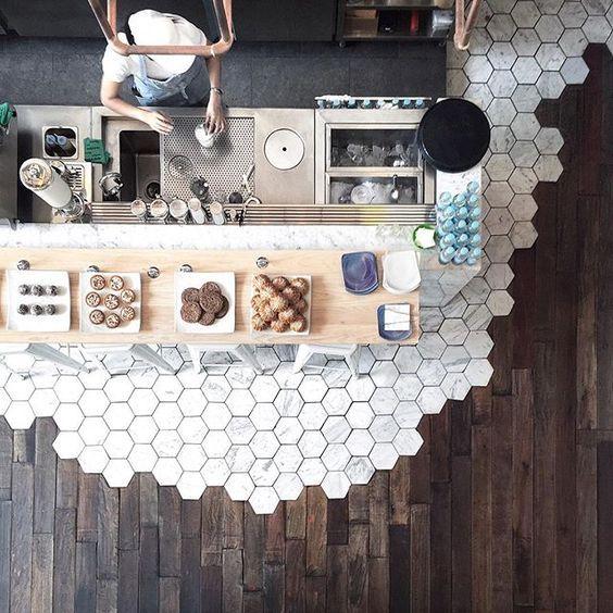 #Parkett oder #Fliesen für Ihre #Küche? Sie können sich nicht entscheiden? Müssen Sie vielleicht gar nicht, wie dieses tolle Beispiel für einen echten Statement-Boden aus #Marmor und #Holz zeigt: #kitchen #Küchendesign #interior #Design