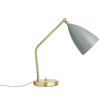 Den ikoniska Gräshoppa bordslampa är designad av Greta Grossman för danska Gubi. Lampan designades redan 1947 och har blivit en tidlös klassiker som passar in i de flesta miljöer. Lampan är tillverkad i stål och har en skärm i aluminium, båda delar är lackerade. Placera lampan på skrivbordet eller på nattduksbordet och kombinera den tillsammans med andra designklassiker från Gubi. Välj bland olika färger.