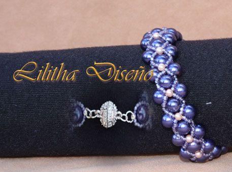 #pulseras #Colgantes #pendientes #Bisuteria Las Cosas de Lilitha | Pulsera de perlas azules combinada con perlitas blanca y rocalla de color azul, con cierre magnetico