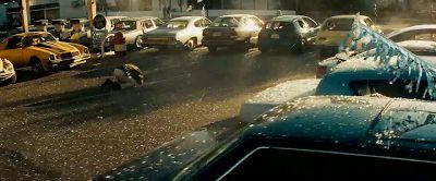 En la venta de autos usados tenemos a Bumblebee de fondo a la izquierda de la imagen. El resto de los autos tienen los vidrios rotos y los neumaticos pinchados por su causa ^^