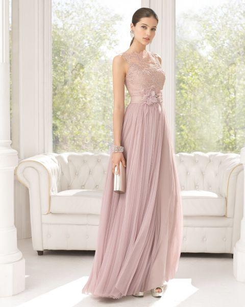 Traje de fiesta de tul sedoso, encaje y pedrería color rosa palo. Cartera de