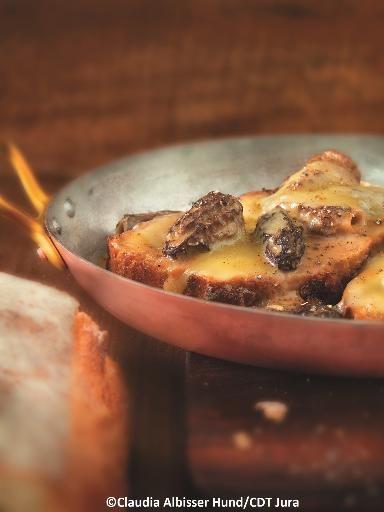 Poulet de Bresse au vin jaune et aux morilles - Recette de cuisine Marmiton : une recette
