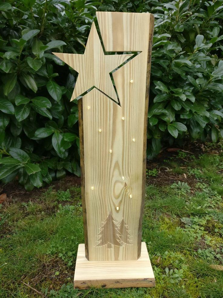Eingesetzter Stern auf der linken Seite, unten eingefräßte Tannenbäume und 10 warmweiße LEDs mit Timer.