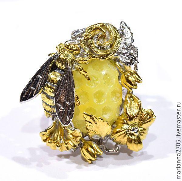 """Купить """"Сладкое лето"""" кольцо с резным янтарем, пчелой и цветами - желтый, Медовый, лимонный"""