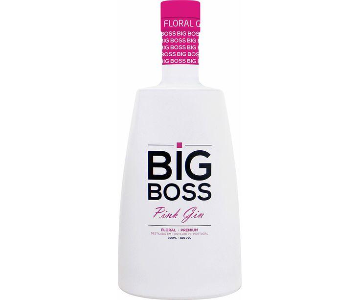"""O portefólio de gins lusos tem uma nova entrada: chama-se Big Boss Pink e está a ser lançado pela marca Neto Costa, propriedade da distribuidora Scorpio. Américo Leal, administrador da empresa, diz que o Big Boss Pink destina-se ao segmento Premium e é """"resultado de uma fórmula secreta"""". Fórmula que terá 13 produtos botânicos entre os quais zimbro, alcaçuz e frutos vermelhos."""