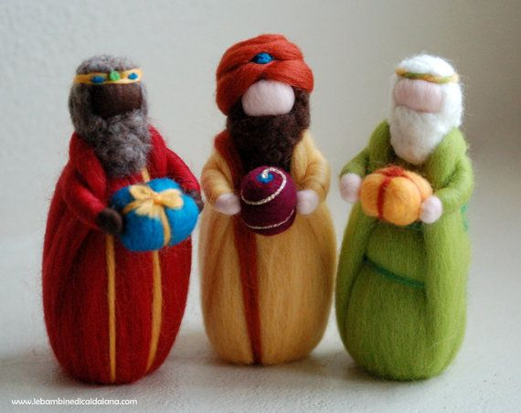From the East on the back of three wise men camels ... Balthasar, Melchior, Gaspar, following the departed Comet.   Kings, also called the three wise men, unique in its kind, entirely handmade with love and care in accordance with the principles of Waldorf pedagogy.  Lovely home decorating at Christmas time, as it accompanies the waiting for Christmas Magic. Give a smile to the recipient and embellishes his world.  The warmth and softness of this fine artifact so harmonious and pleasing…