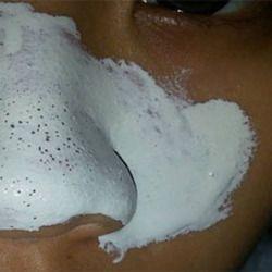 La maschera che restringe la faccia riflette con fiocchi di avena