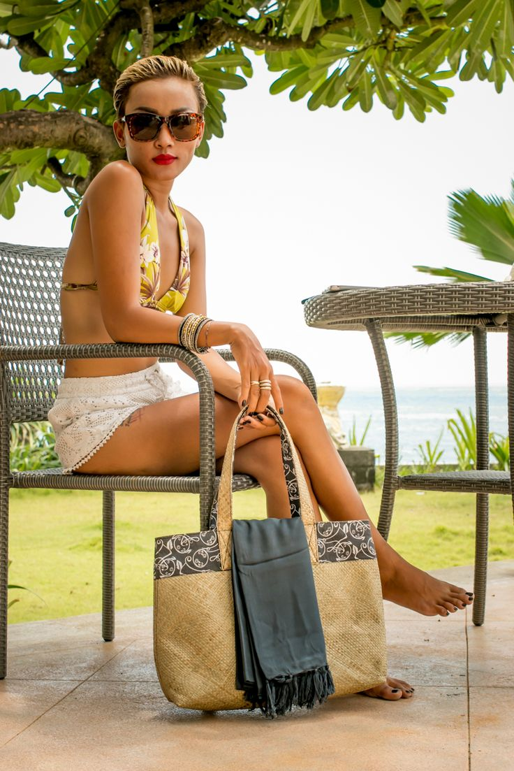 Mendong Grass Bag with custom printed lining. Ideal for the beach or a lazy Sunday. Orders at Adri@sawo-design.com