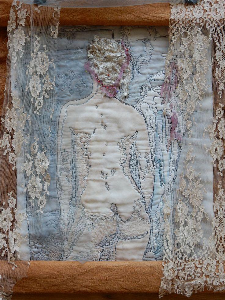 Zelfportret - Naaimachine schets op katoen. In thee gedrenkt kant . Color wash met artbar.  Bevestigd op kaneel barst.https://www.facebook.com/GeskeaTextileArt