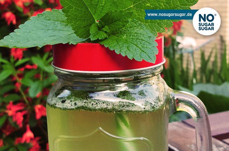Zutaten 750 ml Wasser 10 Minzblätter 6 EL Erythrit+Stevia 2 Zitronen 1 Limette  Eiswürfel  So wird's gemacht: Zitronen und Limette auspressen und den...